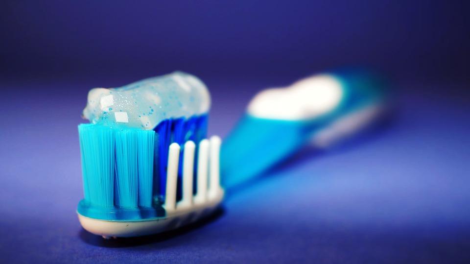 toothbrush-2589480_960_720
