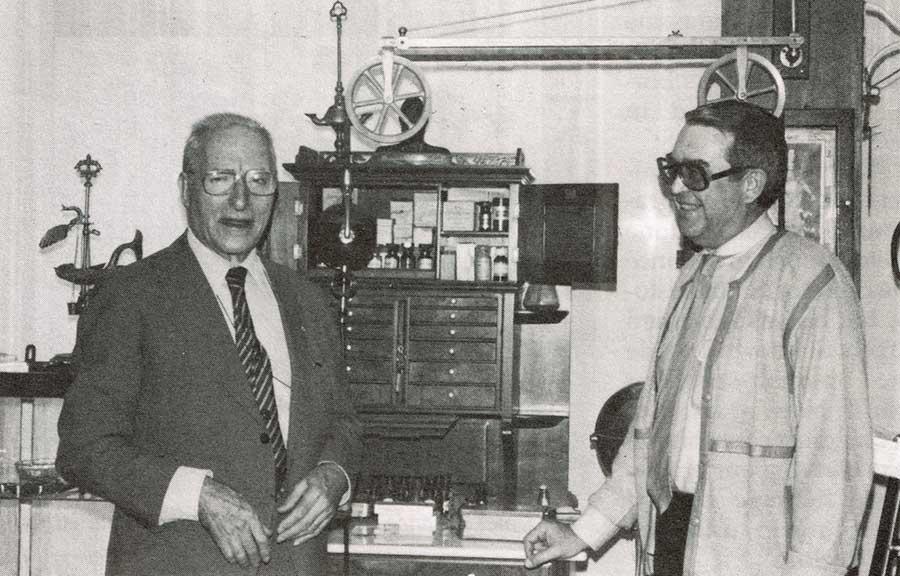 Dr. Pedro Borja (derecha) y el Dr. Swanson frente a uno de los bonitos gabinetes completos.